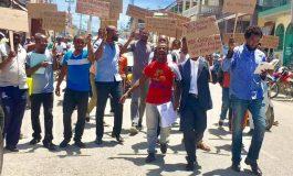 Quand les jeunes de Jacmel marchent pour la réouverture de la Bibliothèque Municipale