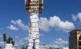 Cayes: un bonhomme en assiettes cartons prend place à la croix des quatre chemins