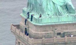 Une inconnue rend visite à la Statue de la Liberté