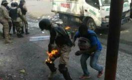 Haïti-Manif : deux manifestants volent au secours d'un policier en feu