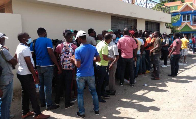 Ouanaminthe: Des haïtiens font la queue devant le consulat dominicain afin de trouver un visa